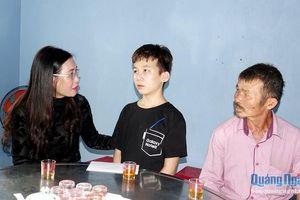 Bí thư Tỉnh ủy Bùi Thị Quỳnh Vân thăm gia đình bé trai bị bạo hành