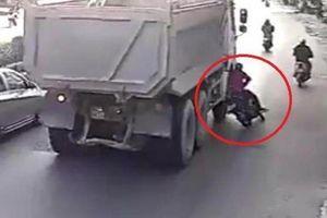 Xót xa người mẹ tử vong tại chỗ sau va chạm với xe tải, để lại hai con nhỏ