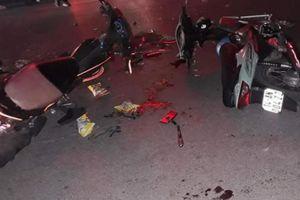 Hai xe máy nát bét sau cú đấu đầu kinh hoàng trong đêm, 2 tài xế nguy kịch
