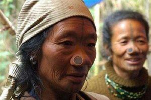 Kỳ dị bộ tộc phụ nữ có 'mũi quỷ' mới dễ lấy chồng
