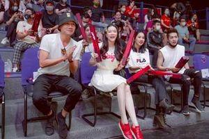 Lý Nhã Kỳ trẻ trung cổ vũ Saigon Heat