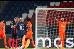 Mbappe cho Messi 'hít khói' ở Champions League