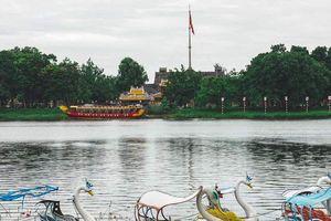 Tản bộ dọc sông Hương, ngắm nhìn một Huế rất đời thường