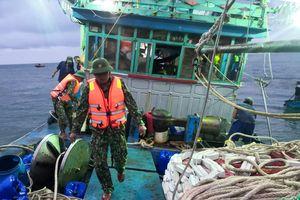 Cứu 12 ngư dân gặp nạn trên biển Cù Lao Chàm