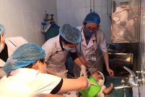 Bé trai bị nhiễm trùng nặng khi chữa bỏng bằng nước mắm và rượu