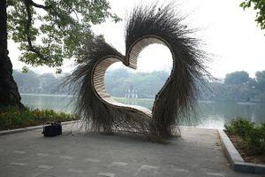 Hà Nội: Tiểu cảnh 'trái tim lông lá' ở bờ hồ Hoàn Kiếm đã được dỡ bỏ sau khi gây tranh cãi dữ dội