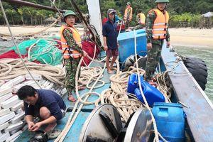 Tàu cá có nguy cơ bị chìm ở vùng biển Cù Lao Chàm, 12 ngư dân thoát chết
