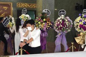 Trường Giang suy sụp trong tang lễ nghệ sĩ Chí Tài