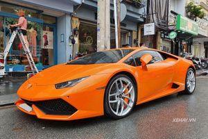 Siêu bò Lamborghini Huracan đẹp lung linh khi 'tắm mưa' Sài Gòn