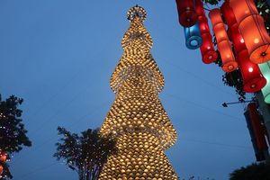 Cây thông Noel độc đáo làm từ 2340 chiếc nón lá