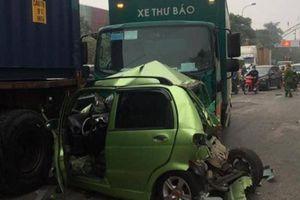 Xe thư báo húc liên hoàn loạt ô tô dừng chờ đèn đỏ, 1 nữ tài xế bị thương
