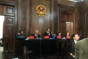 Ông Đinh La Thăng đeo kính đen và khẩu trang đến TAND TP.HCM