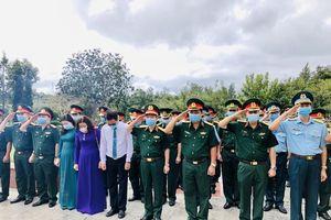 Thượng tướng Đỗ Căn thăm, tặng quà tại Côn Đảo