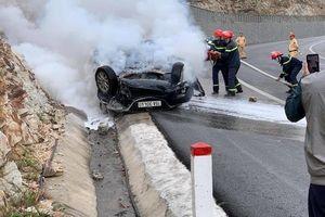 Lao vào sườn đồi, ô tô lật ngửa, bốc cháy, tài xế tử vong