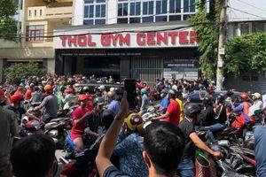 Hàng trăm người kéo đến trước phòng gym tìm nam thanh niên xúc phạm cố nghệ sĩ Chí Tài và người thân
