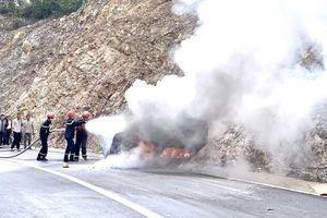 Quảng Ninh: Ô tô đâm vào vách núi cháy trơ khung, 3 người thương vong