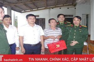 Lãnh đạo Bộ CHQS tỉnh thăm hỏi, tặng quà gia đình chính sách