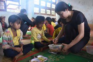 'Góp gạo, thổi cơm chung' nuôi học trò vùng nghèo khó