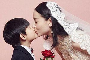 Đổng Khiết bị chỉ trích vì hôn môi con trai 10 tuổi