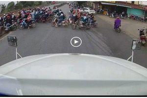Camera giao thông: Hành động đẹp của tài xế container khi thấy nhóm học sinh loay hoay qua đường