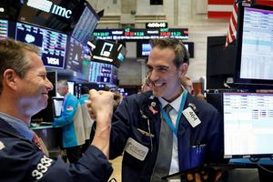 Nhận nhiều tín hiệu tích cực, giới đầu tư nô nức gom hàng