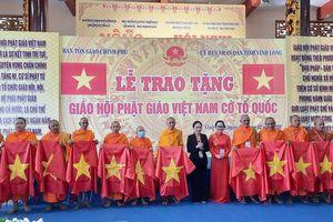 Trao cờ Tổ quốc tặng các chùa Phật giáo Nam tông Khmer Nam Bộ