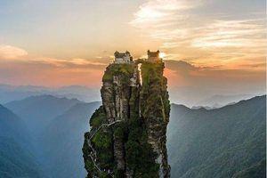 Kinh ngạc ngôi đền cheo leo giữa mây trời của Trung Quốc