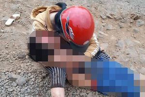 Mẹ đau đớn ôm thi thể con trai khóc ngất sau tai nạn thương tâm
