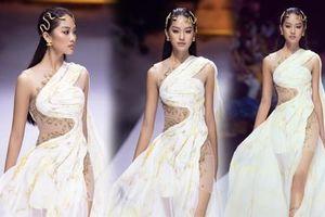 'Người đẹp Thời trang' Thanh Nhàn sải bước quyến rũ trên sàn catwalk