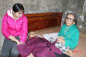 Xót xa cảnh mẹ già mù lòa nương nhờ con gái bệnh tật