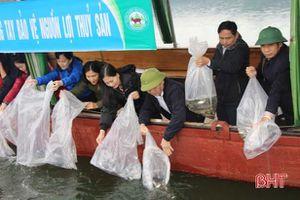 Thả hơn 2,5 tấn cá giống xuống hồ Ngàn Trươi