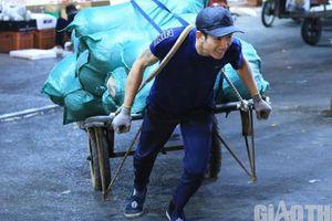 Áo cộc mưu sinh giữa đêm đông rét buốt ở Hà Nội