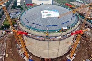 PV GAS nâng mái bồn chứa của kho LNG Thị Vải