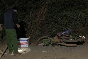 Mẹ đau đớn khóc ngất bên thi thể con trai 6 tuổi tử vong sau va chạm với xe ben