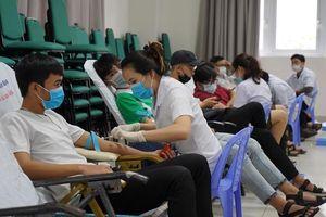 Giáo viên và sinh viên Đà Nẵng tham gia hiến hơn 400 đơn vị máu