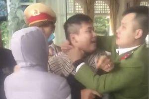 Bị tạm giữ phương tiện, nam thanh niên hung hãn đấm chảy máu mũi trung úy cảnh sát