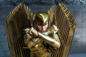 Gal Gadot chật vật mặc giáp Wonder Woman