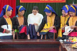 Nghề thêu thổ cẩm của phụ nữ Dao Thanh Phán