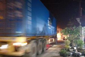 Phát hoảng vì ô tô tải, xe container quần thảo trên Tỉnh lộ 326