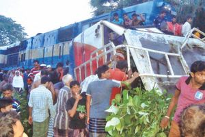 Tàu hỏa lao vào xe buýt tại Bangladesh, 12 người thiệt mạng