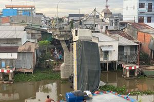 Khởi tố tài xế chở 15 tấn lúa qua cầu 3,5 tấn làm sập cầu