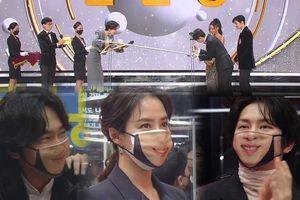 Chết cười với góc hề hước của sao Hàn đi lễ trao giải mùa Covid: Cười không hề giải trân!