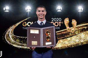 CR7 khoe danh hiệu 'Bàn chân Vàng' 2020