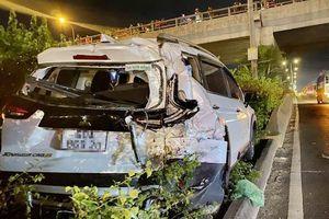 Tai nạn giao thông sáng 21/12: Xe 7 chỗ phanh gấp để tránh người đi bộ, xe tải lao tới húc văng lên dải phân cách