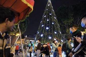Hà Nội lung linh huyền ảo chờ đón đêm Giáng sinh an lành