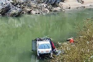Tai nạn giao thông sáng 22/12: Tài xế ngủ gật, xe tải lao xuống sông Nậm Mộ