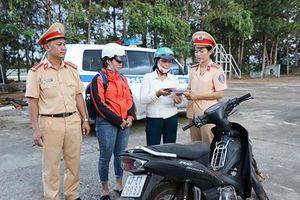 CSGT Đắk Nông trao trả xe máy bị mất cắp cho người dân
