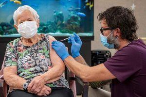 Cụ bà 90 tuổi là người đầu tiên được tiêm vaccine Covid-19 ở Thụy Sĩ