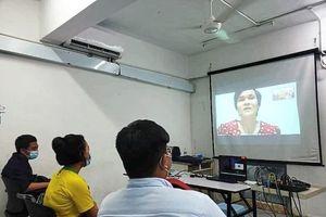 Cô giáo mù Malaysia dạy trực tuyến qua Zoom