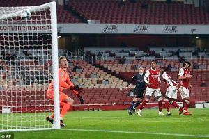 Arsenal thua đậm, Messi phá kỷ lục của Pele